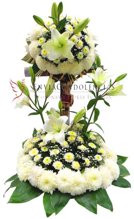 Arreglo funerario: Cristo entre flores